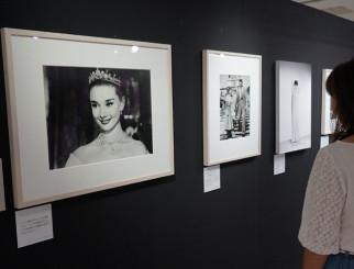 来場者を魅了しているオードリー・ヘプバーンの写真展