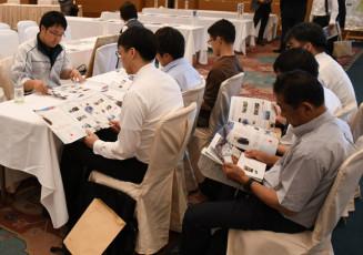 企業の担当者(左)から、事業内容について説明を受ける参加者