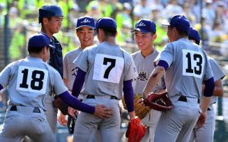 1回のピンチでマウンドに集まる花巻東の選手たち=9日、兵庫県西宮市・甲子園球場