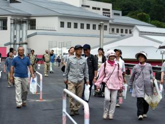 町道茶屋場田子線の開通を期待し、新道路を練り歩く参加者
