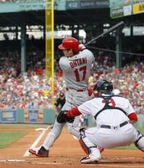レッドソックス戦の1回、左中間に二塁打を放つエンゼルス・大谷=ボストン(共同)