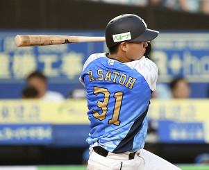4回西武2死、佐藤が左越えにプロ初本塁打を放つ=ZOZOマリン