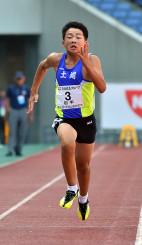 男子5年100メートルA決勝 序盤から加速して13秒57をマークし、6位入賞を果たした佐々木悠希(遠野・土淵)=横浜市・日産スタジアム