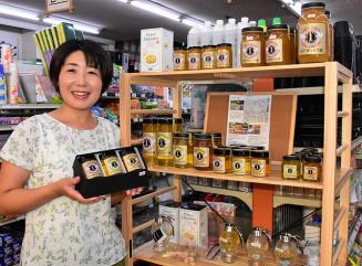 昨年から養蜂に挑戦し、今季初めて採った蜂蜜を発売した中村富美子さん