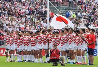 PNCの試合前に整列する日本代表選手ら。東日本大震災から8年5カ月を経て、犠牲者への追悼や復興支援への感謝をどう示すか、大会の在り方が問われている=7月27日、釜石市鵜住居町・釜石鵜住居復興スタジアム