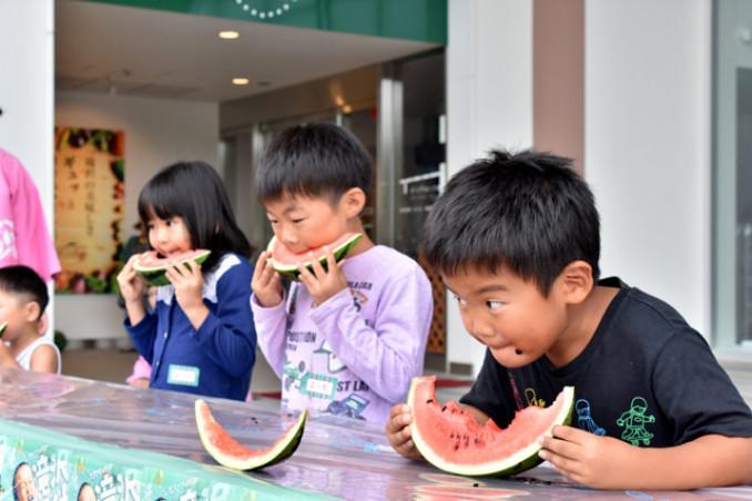 早食い大会で旬の滝沢スイカを思い切り味わう子どもたち