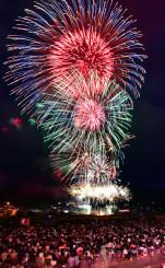 約1万2千発の花火が夜空を華やかに染めた盛岡花火の祭典=11日午後7時42分、盛岡市・都南大橋下流(6枚の画像を合成)