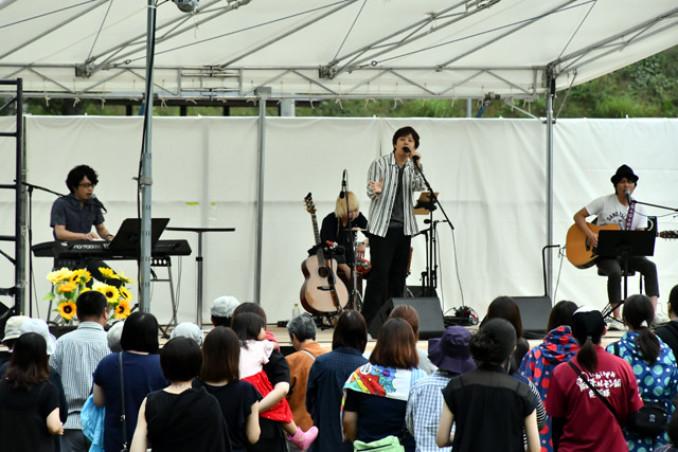 イミテイション・ゴールドを歌う三浦祐太朗さん(中央)