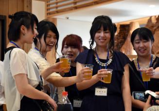 交流会で乾杯し笑顔を見せる新成人
