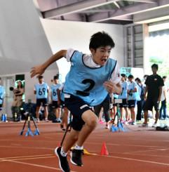 将来の五輪選手を目指し、測定会に臨むいわてスーパーキッズの生徒
