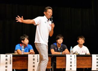 走り幅跳びの技術や競技の心構えなどを説明する日本記録保持者の森長正樹さん(手前)
