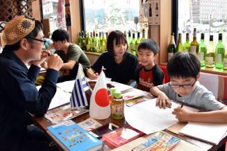 絵本づくりを楽しむ参加者