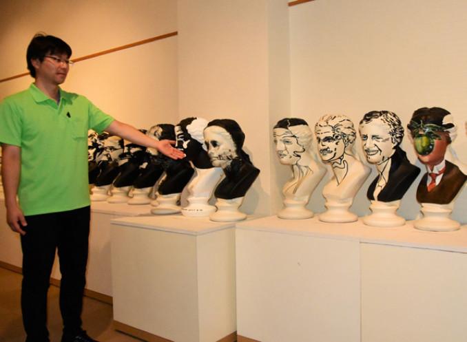 ペイントしたビーナスの胸像などが目を引く故福田繁雄さんの立体作品展