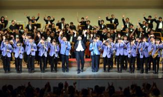協演後、会場の声援に応える日本フィルハーモニー交響楽団と宮古高吹奏楽部(手前)