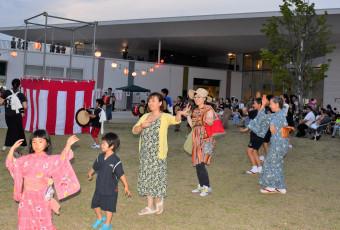 心を一つにして輪踊りを楽しむ来場者ら