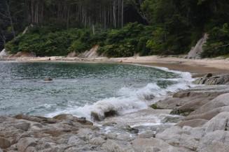 男性が溺れて死亡した現場付近=13日、大槌町吉里々々・船越湾