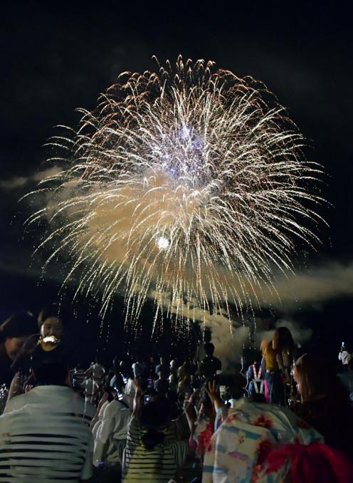 約1400発の花火が宮古の夏を彩った海上花火大会