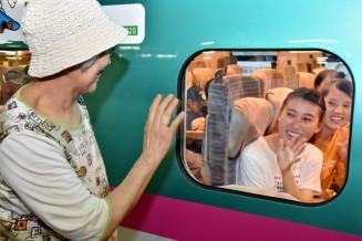 祖母に見送られ、新幹線で帰途に就く女性客=14日、JR盛岡駅