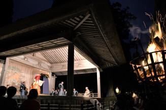 かがり火が闇夜を照らす中で演じられた「紅葉狩」=14日、平泉町・中尊寺白山神社能舞台