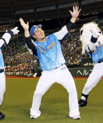 オリックスに逆転勝ちし、観客に向かってポーズを決める西武・山川穂高=メットライフドーム