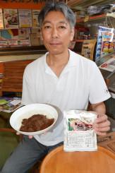 新商品のジンギスカンカレーをPRする安部吉弥社長