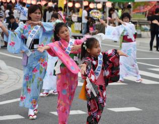 輪踊りを繰り広げる参加者