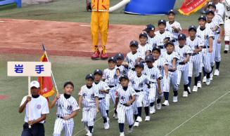 力強く歩を進める千徳小スポ少の選手たち=東京・神宮球場