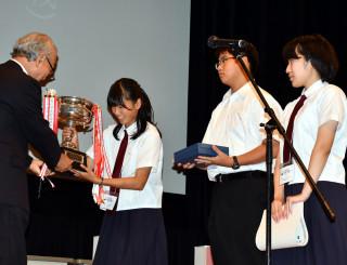 カップを受け取り初優勝の喜びをかみしめる、八戸の(左から)平こころさん(1年)、山田貴之さん(同)、谷地村昴さん(2年)
