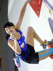 女子複合予選 ボルダリングの第1課題を完登し、ガッツポーズする伊藤ふたば=エスフォルタアリーナ八王子