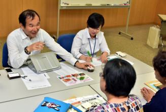 参加者に効果的な販売のアドバイスを送る鈴木勝美社長(左)