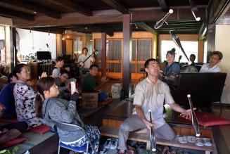 三味線の演奏に合わせジャグリングを披露する山村佑理さん