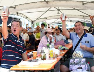多くの来場者がのどを潤した昨年の地ビールフェスティバル