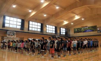真新しい体育館に校歌を響かせる児童