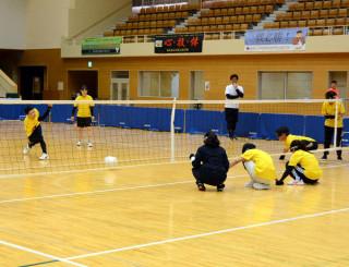 試合形式の練習で本番に向けてプレーを確かめる盛岡視覚支援学校の選手