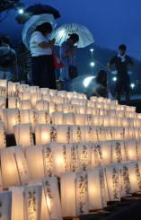 盛川の河川敷に並べられた灯籠