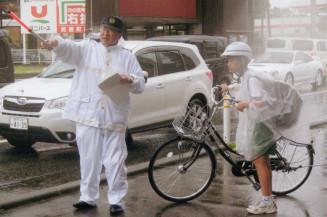 自転車の走行ルールを説明する盛岡東署員