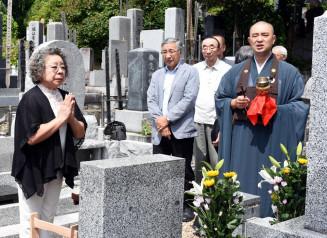 園井恵子の死を悼み、墓前で手を会わせる参列者