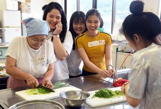 料理を通じて交流を深めた参加者