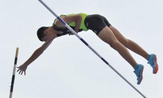 男子棒高跳び決勝 4メートル20の3位で表彰台に立った菅野航太(北上)=大阪市・ヤンマースタジアム長居