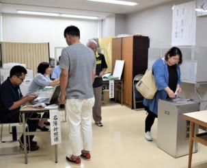 県知事選の期日前投票が始まった盛岡市役所。多くの有権者が投票に訪れた