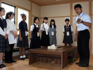 葛巻町の公営学習塾を訪れ、担当者から説明を受ける参加者