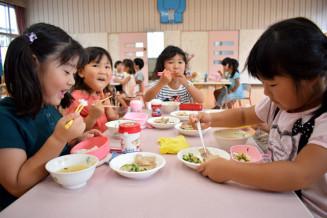 にぎやかに昼食の時間を楽しむ保育園児。副食費助成で、家計と施設事務の負担軽減を図る