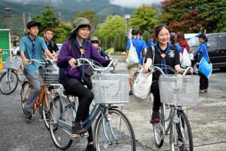 自転車で遠野市内を巡る部員