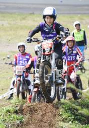 起伏に富んだセクションに挑み、バイクの操作技術を競う参加者