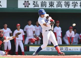 岩手大-富士大 3回裏岩手大2死二塁、畠山が中前適時打を放ち2-0とする=弘前市運動公園球場