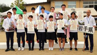 総合優勝を果たしたアーチェリーの本県選手団