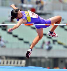 女子走り高跳び決勝 1メートル63を1回目で成功する向井柚稀(見前南)。3位で表彰台に立った=大阪市・ヤンマースタジアム長居
