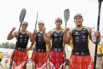 男子カヤックフォア500メートルで東京五輪の出場枠を獲得した(左から)水本圭治、宮田、藤嶋、松下の日本チーム=セゲド(共同)
