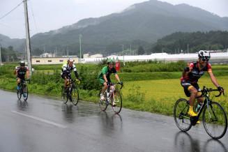 東日本大震災で被災し、復旧した農地を走る参加者