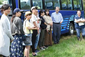 菊池牧場を視察し、酪農の現状について理解を深める学習院女子大の学生